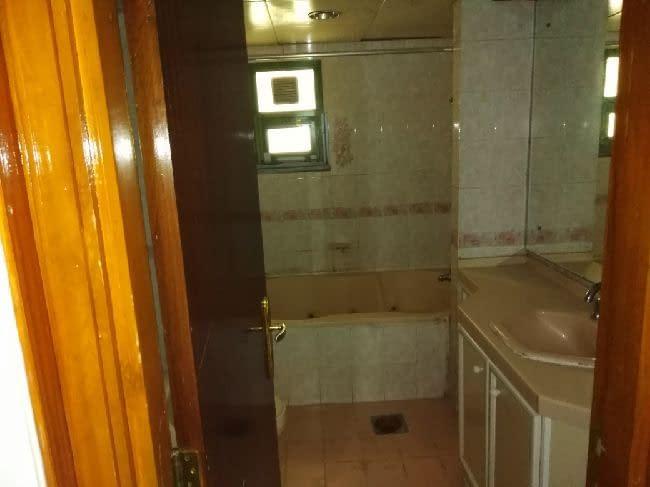 شقة ضخمة في الخالدية 2، 3 غرف بمخازن،