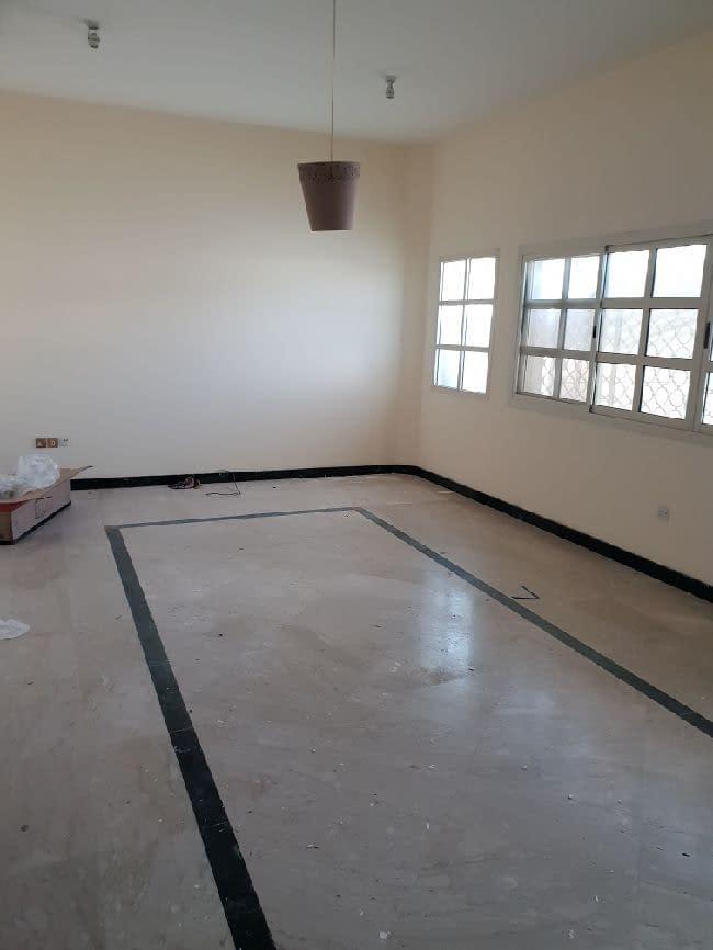 شقة أرضية واسعة ثلاثة غرف ومجلس وثلاث