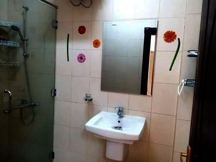 للإيجار شقة أرضية مدخل خاص مع حوش 3 غرف