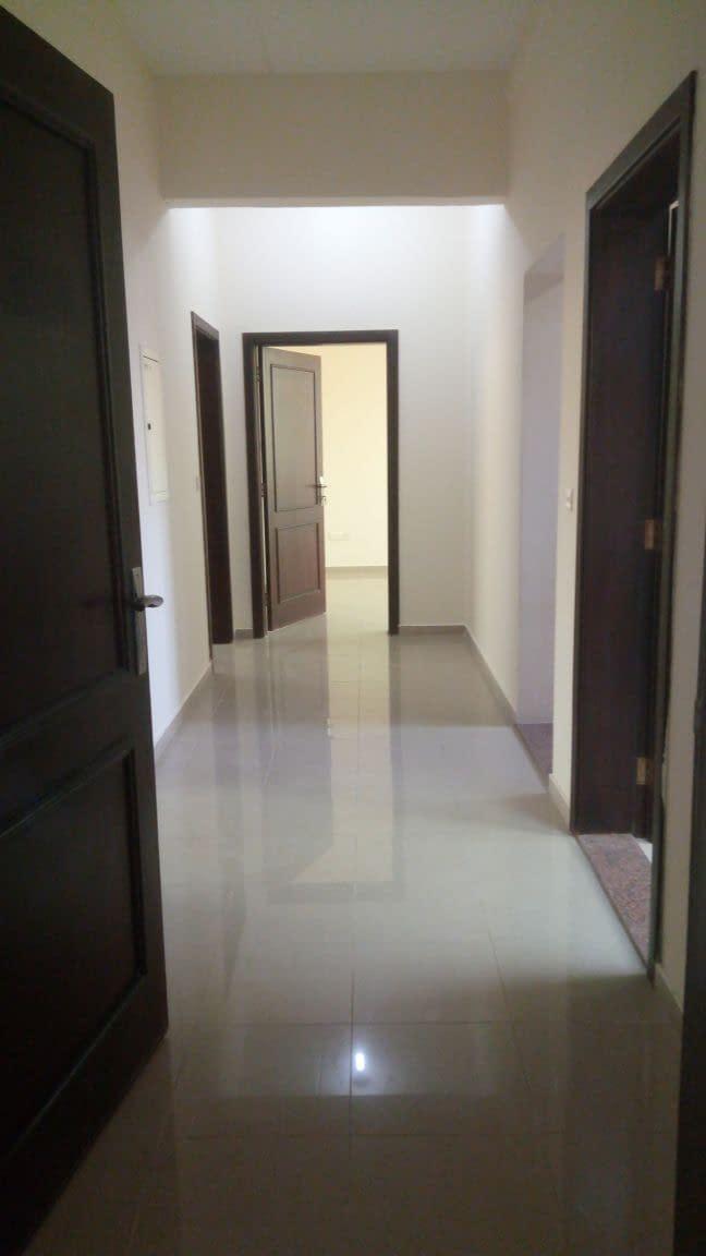 شقة نظامية غرفتين وصالة مع حمامين